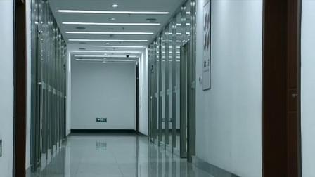 男子和美女被困在电梯里,不料美女喘不过气,男子机智撬开电梯顶