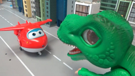 超级飞侠玩具,喷气式飞机乐迪vs绿色大眼萌恐龙,谁胜谁负