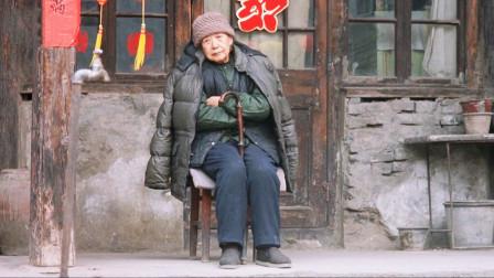 空巢老人有多孤单,每天眼巴巴望着门,只盼望着有个收破烂的上门说说话