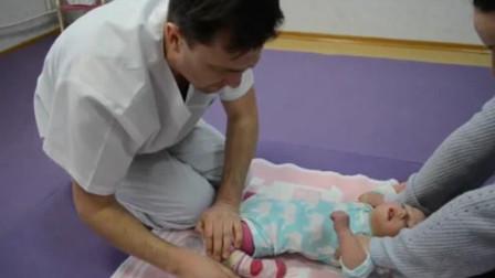 刚出生不久的宝宝就像面团一样,任大夫搓揉压扁,不哭不闹好神奇