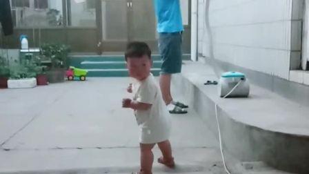 童年趣事之熊孩子:走不了,改变策略。