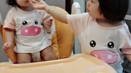 童年趣事之熊孩子:又主动担起了喂妹妹的活姐姐一天真是操碎了心