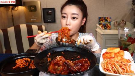 韩国Dorothy品尝辣椒素火猪爪和火鸡面,一口肉一口面,太美味了!