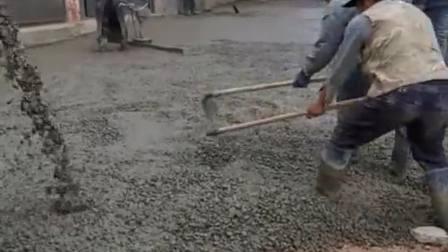 农村新建水泥路,没有任何机器,用最古老的手艺!