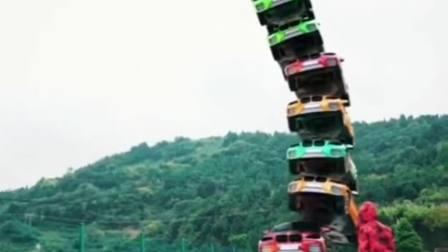 见过这么陡的汽车吗?你们谁能数清,上面总共有多少辆车?