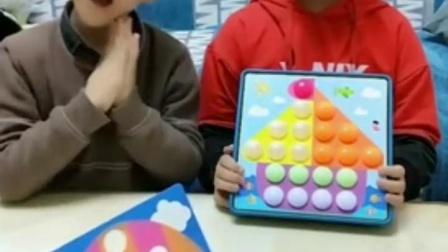有趣益智幼教:两位公主完成磁力片比赛了。