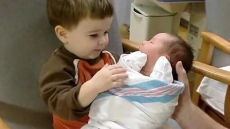 哥哥第一次见到刚出生的弟弟,直接把弟弟抱在怀里一脸宠溺,太暖了