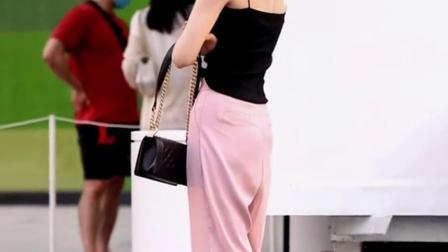 黑色吊带加粉色宽松裤,给人的感觉很清爽舒服。