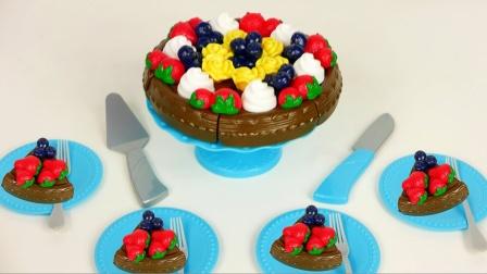 哇!看起来好美味的水果蛋糕,是准备给谁过生日呢?