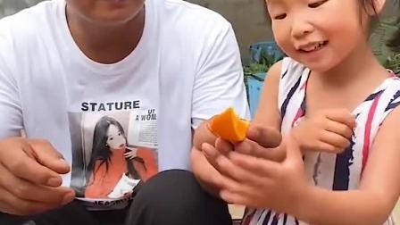 趣味童年:爸爸带我们来掰玉米