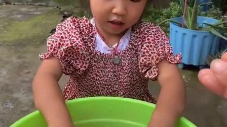 趣味童年:口红掉水里了,宝贝快帮妈妈找找