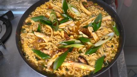 韩国兴森一家三口:最爱的辛拉面里放上营养丰富的松菇~自己做了美味的松菇拉面!