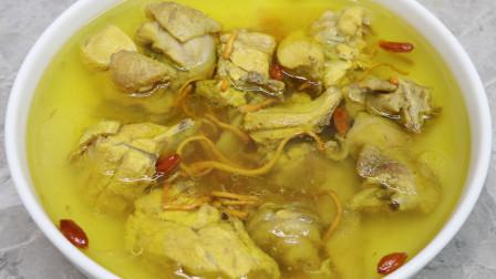 炖老母鸡汤其实很简单,汤汁微黄很鲜美,鸡肉软烂脱骨,原汁原味