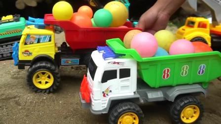儿童玩具车表演:翻斗车运输海洋球建造游乐园!