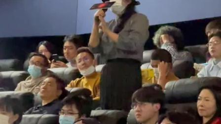 安妮宝贝亮相万玛才旦导演新片#气球# 的首映映后。还记得这个名字的人,是不是也要流下#时代的眼泪# 了?
