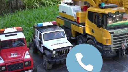 儿童玩具车表演:吊车救援事故木头运输车!