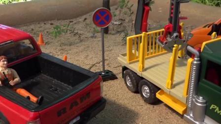 儿童玩具车表演:工人砍伐树木装载木头运输车!