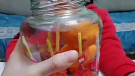 童年趣事:一大瓶好吃的,快来捞呀