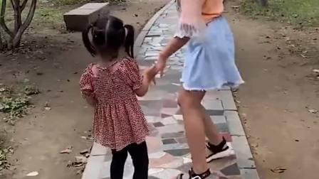 童年趣事:妹妹快看那是什么
