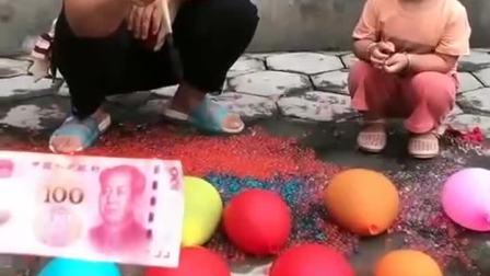 童年趣事:奶奶和小朋友比赛扎气球