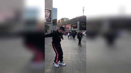 街头炫酷街舞 后面女生看惊呆啦