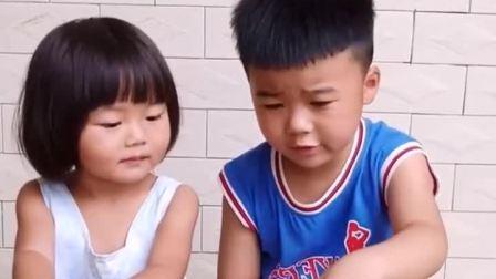 童年趣事:哥哥和妹妹为了一根火腿抢哦了抢了起来
