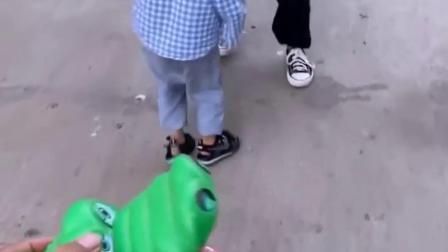 天真的童年:鳄鱼来了小朋友都跑了