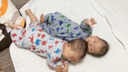 趁双胞胎弟弟睡着,哥哥立马开始报复欺负,弟弟被收拾的一愣一愣的
