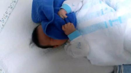 三个月小宝宝睡梦中,被毛巾盖住了脸,你说他会自己自救么?