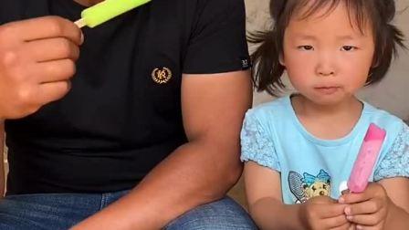 亲子游戏:爸爸和宝贝在吃雪糕