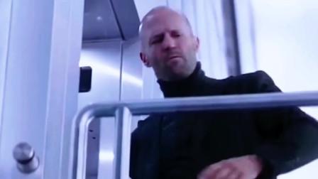 强森本想让杰森跟自己跳下大楼,想不到杰森放他鸽子,自己坐了电梯!