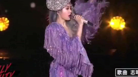 蔡依林演唱会现场火辣低胸,演唱五月天经典歌曲《志明与春娇》,这个造型我爱了。