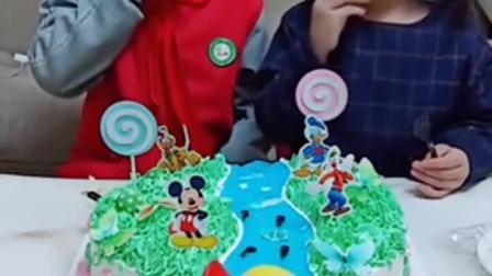 童年趣事:好美味的蛋糕呀,太好吃了