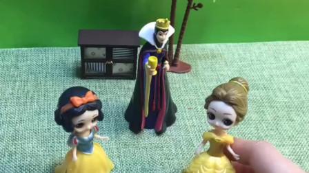白雪和贝儿比赛唱歌,赢的可以嫁给王子,你们觉得谁唱的好听呢?