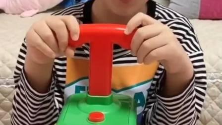 童年趣事:小晨你这个新玩具可以让我玩不