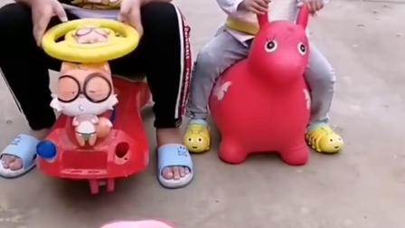 深刻的童年:宝贝吃果冻了,好多呢!