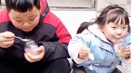 深刻的童年:宝贝吃罐头,咋吃成这样子.....