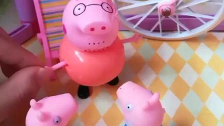 佩奇乔治想玩秋千,猪爸爸用车轱辘做秋千.