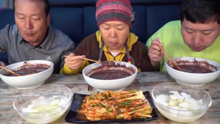 爸爸妈妈一起做了香甜的红豆粥和泡菜,吃完全身暖暖的!