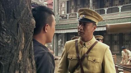 剃头匠进城吃霸王餐,碰巧遇上伪军参谋长,机智让参谋长主动买单