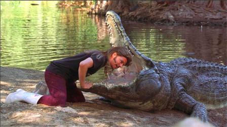 小伙觉得鳄鱼不会咬人,于是把头伸进鳄鱼嘴