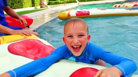国外少儿时尚,小男孩在户外游泳,好有趣呀