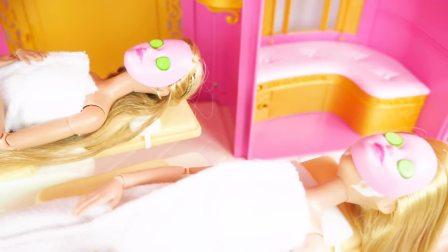 国外少儿时尚,萌宝的芭比娃娃玩具在做美容,真有意思啊