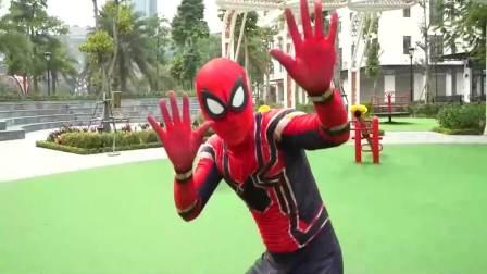 美国时尚儿童:3个搞笑的蜘蛛侠,他们在玩什么呢