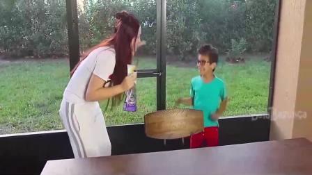 美国时尚儿童:妈妈给小正太说了什么呢,你知道吗