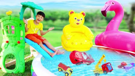 国外少儿时尚,小男孩在游泳池里玩玩具,太有趣了