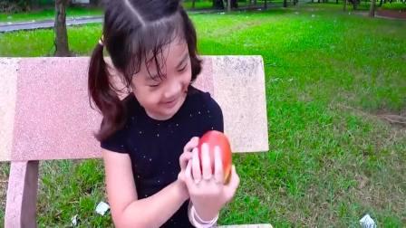 美国时尚儿童:小萝莉吃在吃什么呢,开心极了