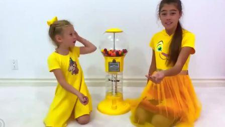 国外少儿时尚,小萝莉和姐姐在家玩游戏,真有趣啊