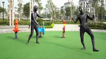 美国时尚儿童:3个搞笑的蜘蛛侠,他们居然会荡秋千