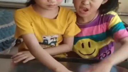 趣味童年:小妹妹偷吃完了都,姐姐还没发现
